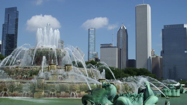 Buckingham Fountain in Grant Park (Daytime)
