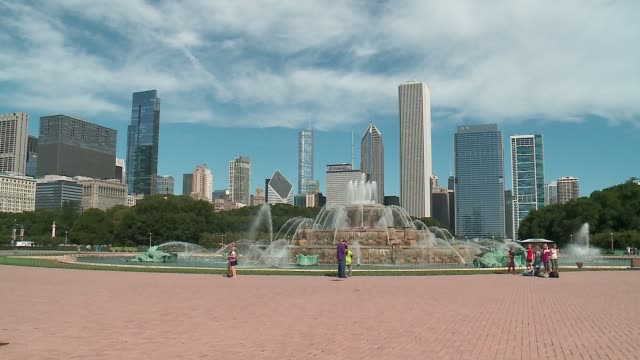 buckingham fountain with chicago skyline in background on september 18, 2016. - buckingham fountain stock videos & royalty-free footage