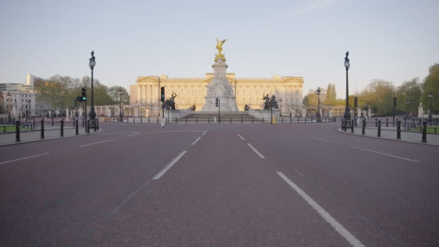 buckingham palace and pall mall - empty london in lockdown during coronavirus pandemic - standbildaufnahme stock-videos und b-roll-filmmaterial