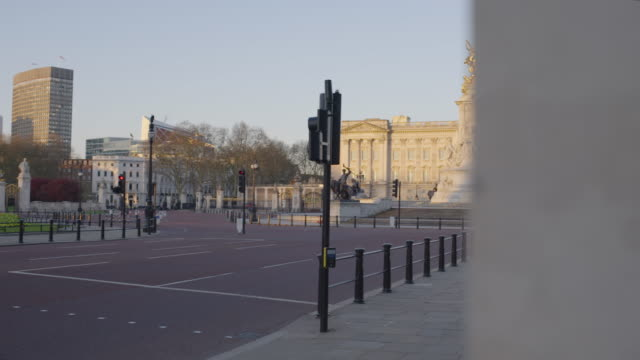buckingham palace and pall mall - empty london in lockdown during coronavirus pandemic - international landmark stock videos & royalty-free footage