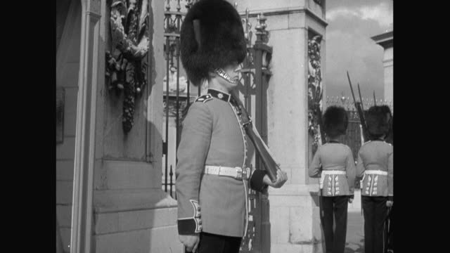 stockvideo's en b-roll-footage met 1936 buckingham palace and the changing of the guard - 1936