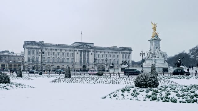 vídeos de stock, filmes e b-roll de buckingham palace and victoria memorial under snow, london, uk - palácio de buckingham