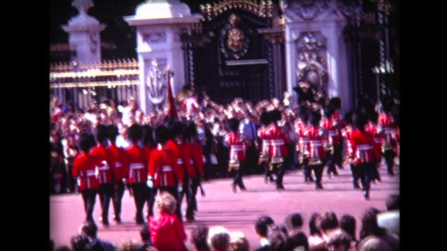 1971 buckingham palace changing of the guard - 近衛兵点の映像素材/bロール