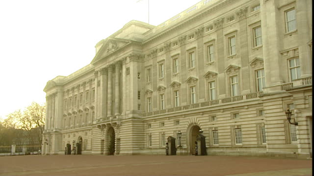 general views; england: london: ext/sun shining buckingham palace frontage / royal standard flying indicating queen elizabeth ii is in residence /... - general view stock videos & royalty-free footage