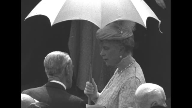 buckingham palace grounds / overhead view of crowd on grounds / king george v's wife queen mary, holding parasol, talks to man in crowd / overhead... - palats bildbanksvideor och videomaterial från bakom kulisserna