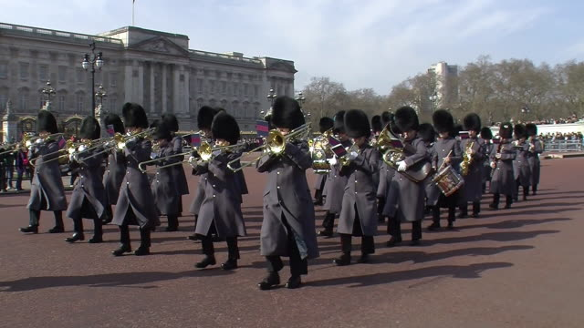 buckingham palace in winter - honour guard stock videos & royalty-free footage