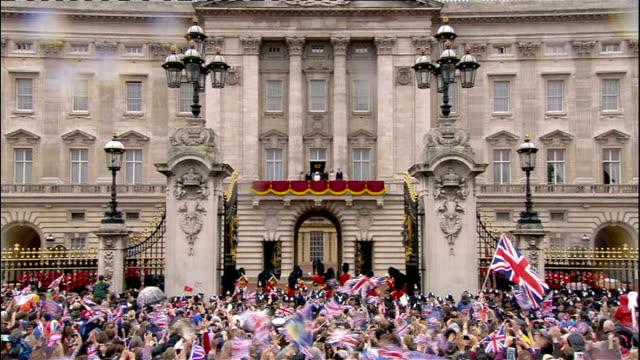 buckingham palace jewellery exhibition to mark diamond jubilee; lib ext queen elizabeth waving from balcony of buckingham palace to cheering crowds... - diamantenes jubiläum stock-videos und b-roll-filmmaterial