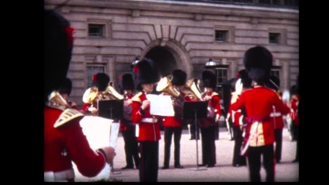 vídeos de stock, filmes e b-roll de 1966 buckingham palace marching band - realeza