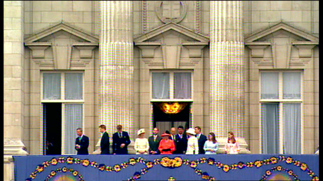 queen leading members of the royal family onto balcony to acknowledge crowds gathered for golden jubilee celebrations queen waving massive crowd... - golden jubilee stock videos & royalty-free footage