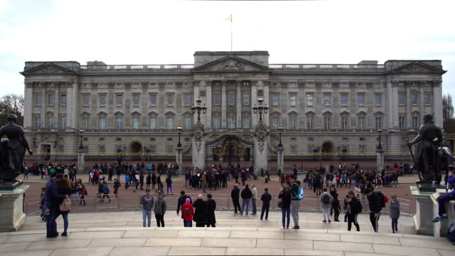 stockvideo's en b-roll-footage met buckingham palace - britse koningshuis