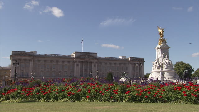 buckingham palace with the victoria memorial in foreground london available in hd. - バッキンガム宮殿点の映像素材/bロール