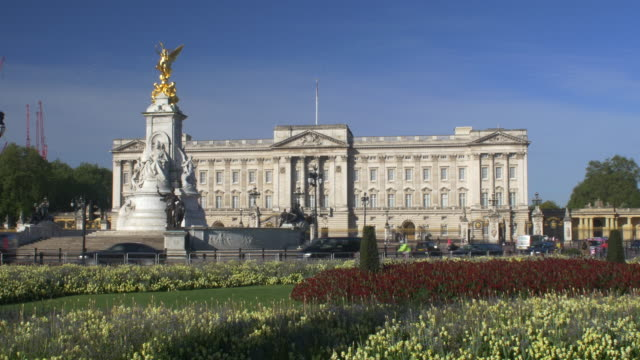 buckingham palace with the victoria memorial - バッキンガム宮殿点の映像素材/bロール