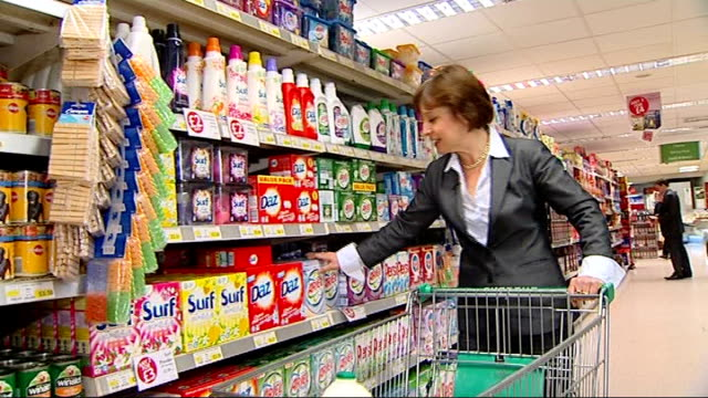 vídeos de stock e filmes b-roll de buckinghamshire int reporter to camera in supermarket boxes of washing detergent on shelves speeded up seq shoppers along through supermarket with... - líquido de limpeza
