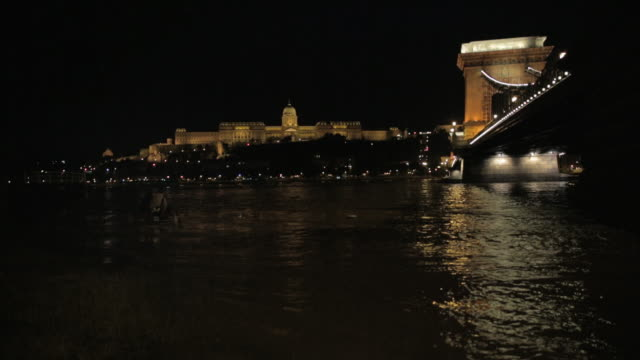 buda castle and the szã©chenyi chain bridge at night - royal palace of buda stock videos & royalty-free footage