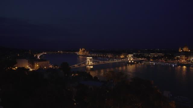 vidéos et rushes de budapest et le pont des chaînes dans la nuit - pont à chaînes pont suspendu