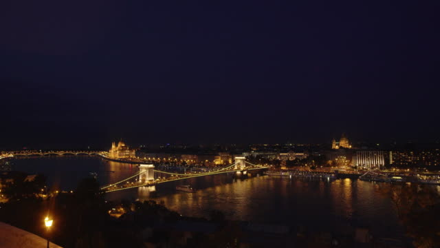 budapest and the széchenyi chain bridge at night - széchenyi chain bridge stock videos & royalty-free footage