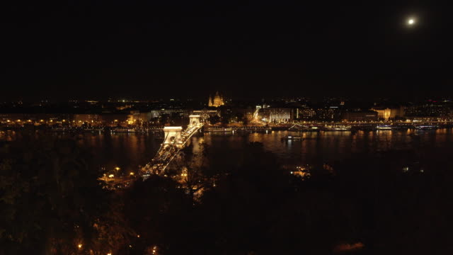 budapest and the széchenyi chain bridge at night - chain bridge suspension bridge stock videos & royalty-free footage