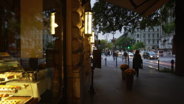 青の時間でブダペストのアンドラーシ通り - 店頭点の映像素材/bロール