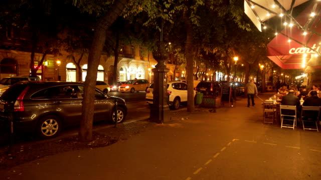 vídeos de stock, filmes e b-roll de budapest andrássy út street scene at night - bulevar