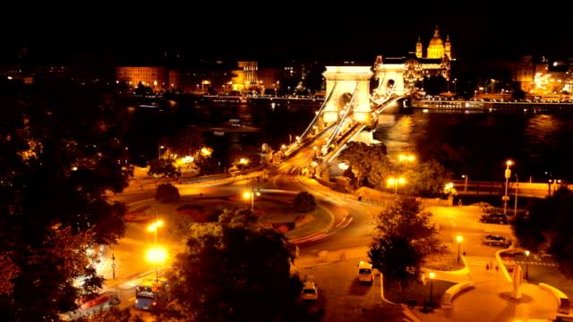 vidéos et rushes de budapest par nuit - pont à chaînes pont suspendu