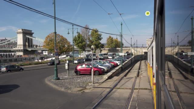 vídeos de stock e filmes b-roll de budapest by tram - ponte das correntes ponte suspensa