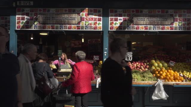 budapest central market hungary - mercato di prodotti agricoli video stock e b–roll