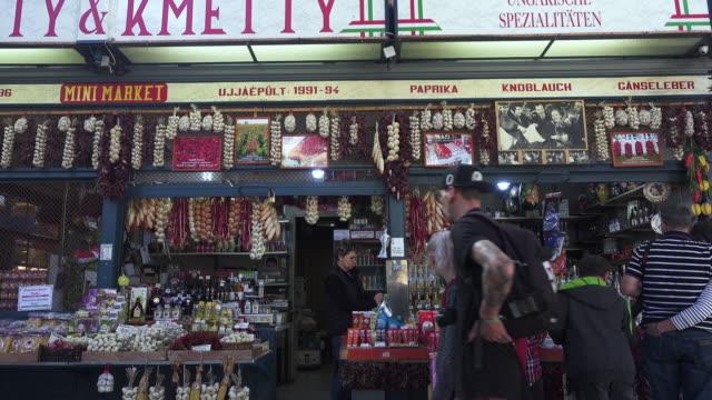 vídeos de stock e filmes b-roll de budapest central market hungary - budapest