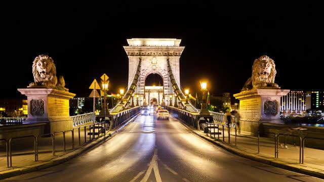 budapest chain bridge by night - chain bridge suspension bridge stock videos & royalty-free footage