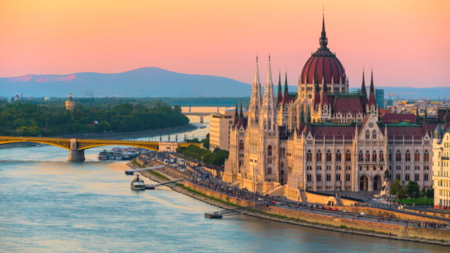 vídeos de stock, filmes e b-roll de skyline da cidade de budapest com o parlamento húngaro e a ponte chain no rio de danúbio, dia à noite timelapse, budapest, hungria - chain bridge suspension bridge