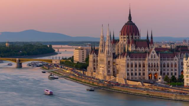 skyline della città di budapest con parlamento ungherese e ponte a catena sul danubio, timelapse giorno a notte, budapest, ungheria - chain bridge suspension bridge video stock e b–roll