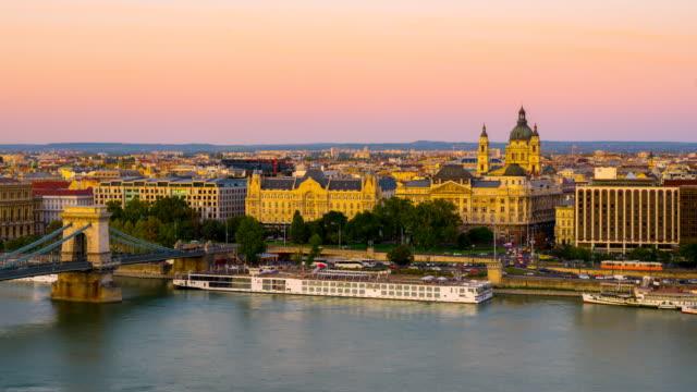 stockvideo's en b-roll-footage met skyline van boedapest met hongaren parlement en kettingbrug aan de donau, dag tot nacht timelapse, boedapest, hongarije - chain bridge suspension bridge