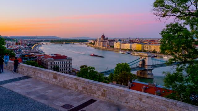 budapest erhinder skyline mit ungarischem parlament und kettenbrücke an der donau, tag-zu-nacht-zeitraffer, budapest, ungarn - chain bridge suspension bridge stock-videos und b-roll-filmmaterial