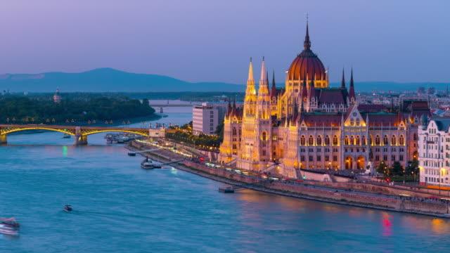 stockvideo's en b-roll-footage met de stadshemy van boedapest met hongaars parlement en de brug van de ketting bij rivier donau, dag aan nacht timelapse, boedapest, hongarije - boedapest