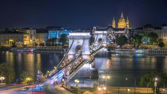 budapester skyline mit stephansdom und kettenbrücke an der donau, tag bis nacht, budapest, ungarn - ungarn stock-videos und b-roll-filmmaterial