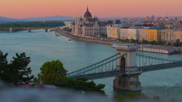 vidéos et rushes de horizon de ville de budapest avec la basilique de rue stephen et le pont de chaîne au fleuve danube, budapest, hongrie - culture de l'europe de l'est