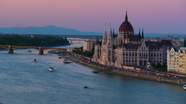 vídeos de stock e filmes b-roll de budapest city skyline with st. stephen's basilica and chain bridge at danube river, budapest, hungary - ponte széchenyi lánchíd