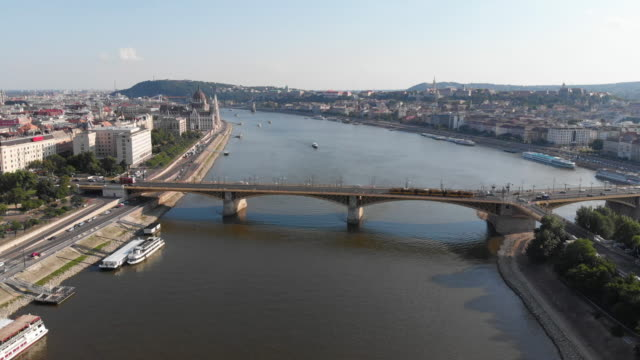 マーガレット橋とドナウ川とブダペストの街並み - 鎖橋点の映像素材/bロール