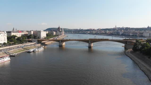 vídeos de stock e filmes b-roll de budapest cityscape with danube river with margaret bridge - ponte das correntes ponte suspensa