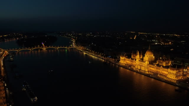 vídeos de stock e filmes b-roll de budapest drone by nigth. 4k - ponte széchenyi lánchíd