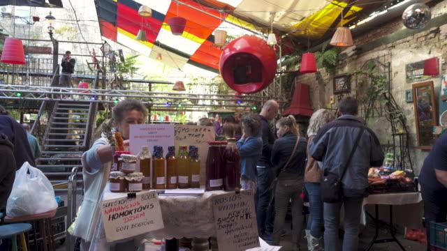 vídeos y material grabado en eventos de stock de budapest farmer's market at szimpla - orgánico