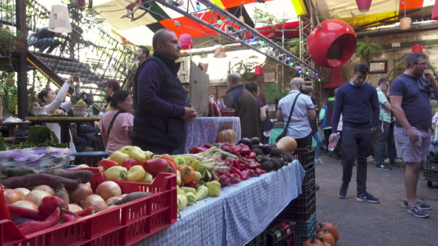 vídeos y material grabado en eventos de stock de budapest farmer's market at szimpla - budapest