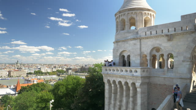 vídeos de stock e filmes b-roll de budapest fisherman's bastion and city skyline - budapest