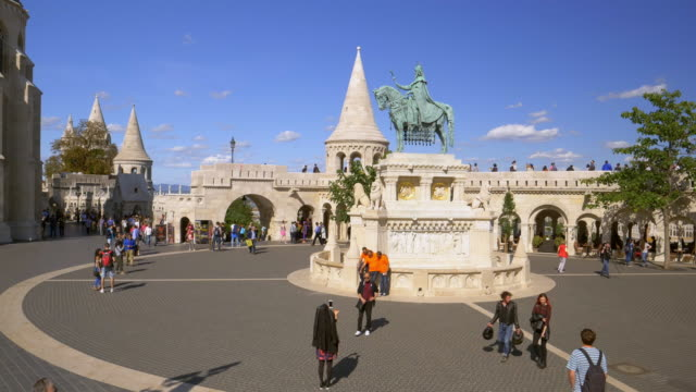 vídeos de stock e filmes b-roll de budapest fisherman's bastion and statue of king stephen i of hungary - hungria