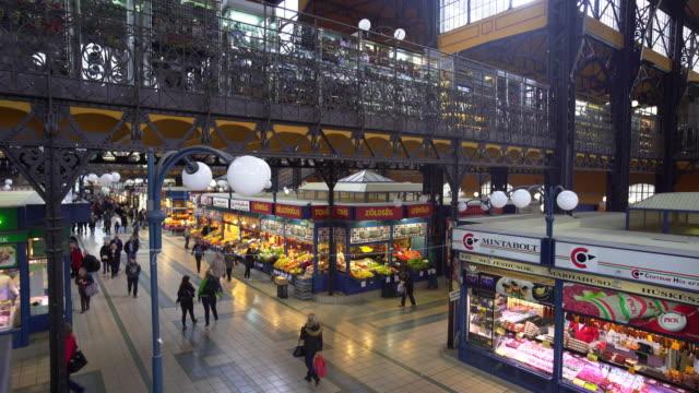 budapest great market hall (central market hall) inside - ungarische kultur stock-videos und b-roll-filmmaterial