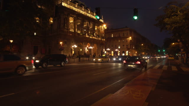 vídeos de stock, filmes e b-roll de casa de ópera do estado húngaro de budapeste à noite - teatro de ópera
