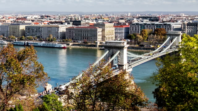 vidéos et rushes de budapest, hongrie, pont au-dessus du danube - culture de l'europe de l'est
