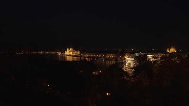 vídeos y material grabado en eventos de stock de vista de nocturna de budapest desde la colina del castillo de buda - puente de las cadenas de széchenyi