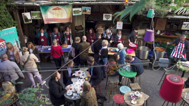 vídeos y material grabado en eventos de stock de budapest outdoors market at szimpla - budapest