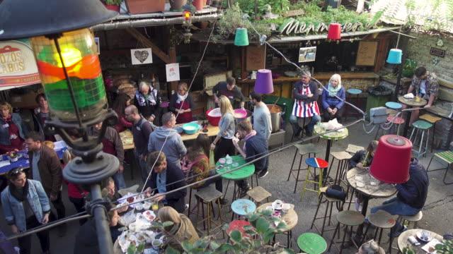 vídeos de stock e filmes b-roll de budapest outdoors market at szimpla - budapest