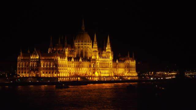 ブダペスト国会議事堂と夜のドナウ rivre - ブダペスト点の映像素材/bロール